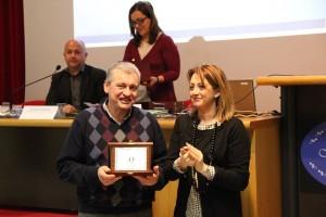 L'assessore Carla Casciari premia Vanni Rossi di Europizza srl