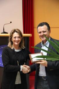 L'assessore Carla Casciari premia Alessandro Meozzi in rappresentanza di PAC  2000a