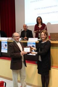 L'assessore Carla Casciari premia Raul Ranieri dell'Oleificio Ranieri srl