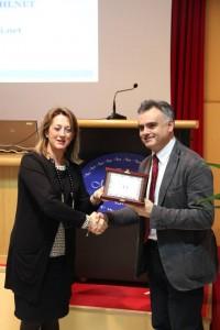 L'assessore Carla Casciari premia Roberto Cecchetti di G.M.F. spa - EMIsupermercati