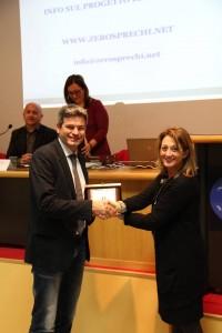 L'assessore Carla Casciari premia William Camilletti del Gruppo Abbondanza