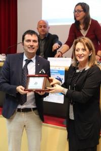 L'assessore Carla Casciari premia Stefano Andrei del Gruppo Alimentare Valtiberino srl