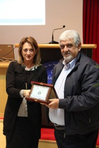 L'assessore Carla Casciari premia Paolo Montanucci del Gruppo Molini Popolari Riuniti srl